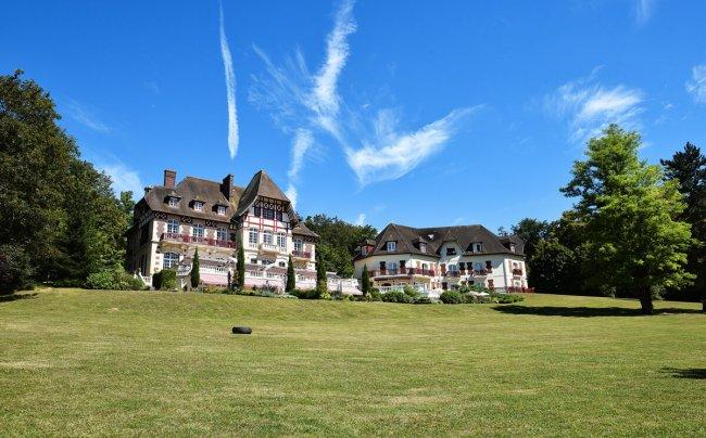 the_wild_parisian_chateau_de_la_tour
